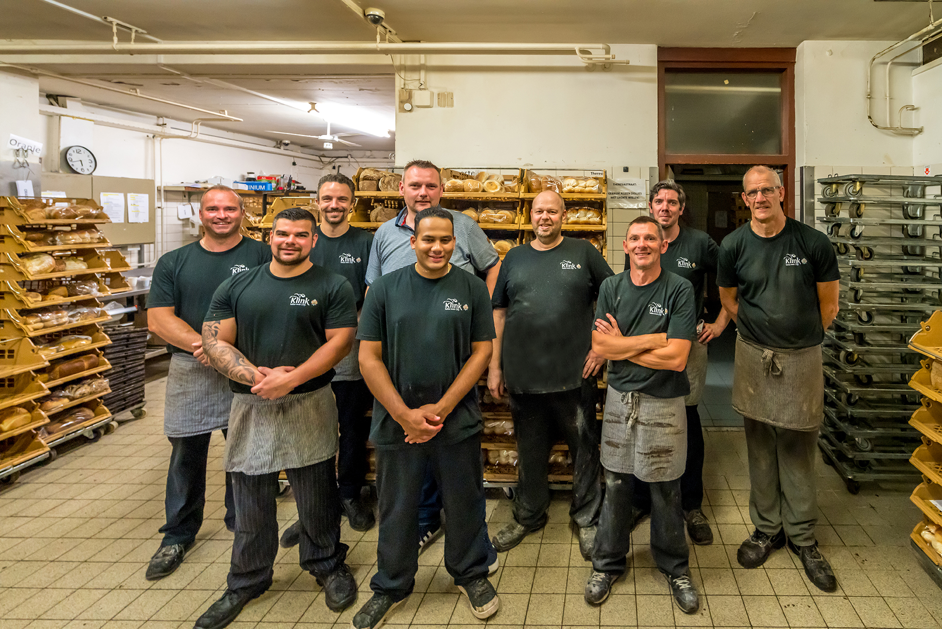 Ons team van brood- en banketbakkers in onze bakkerij aan de Herenstraat in Voorburg.
